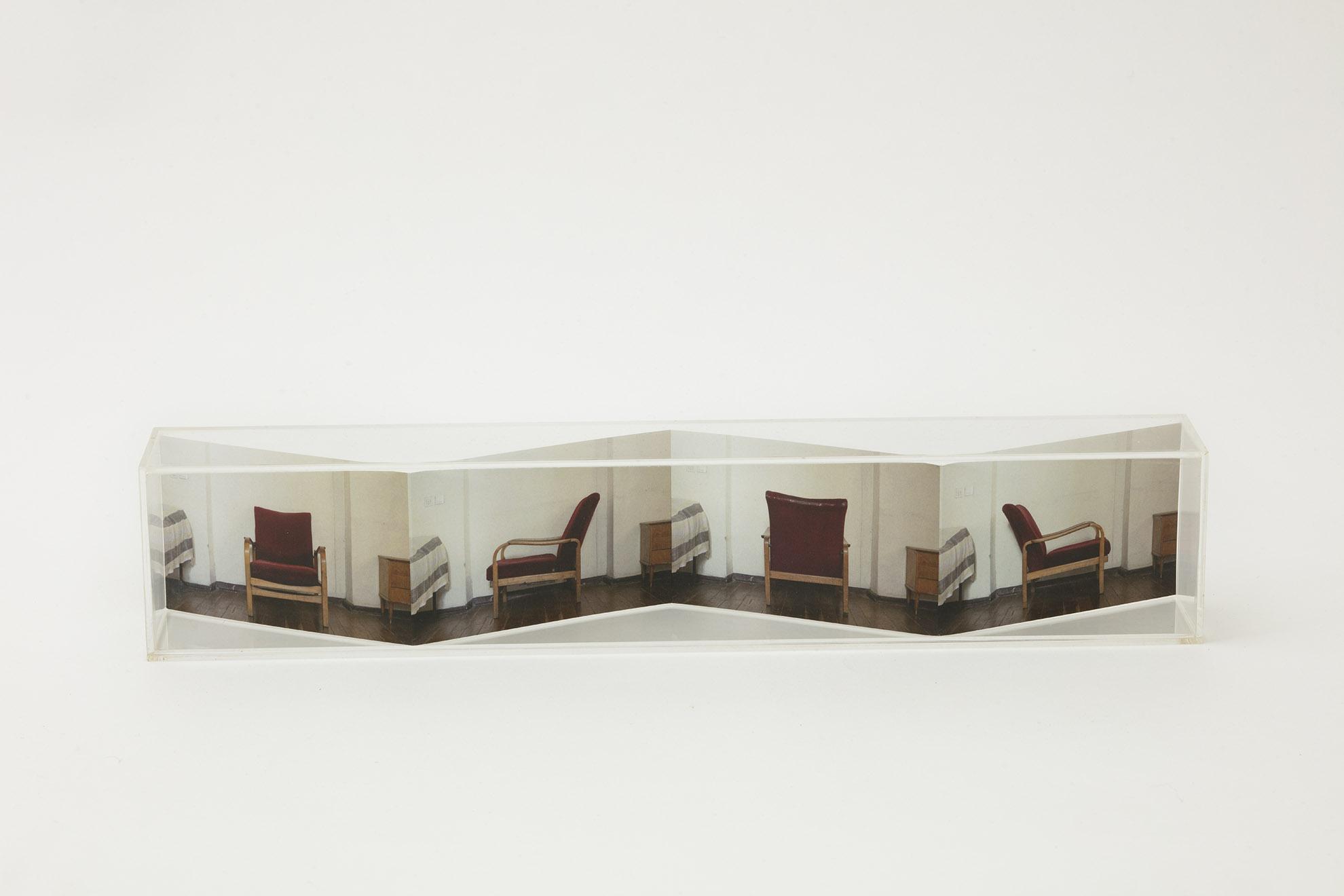 Carta piegata e plexiglass 8x40